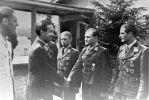 Walter Krupinski przyjmuje gratu;lacje od generała Gallanda po dekoracji Krzyżem Rycerskim
