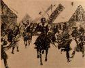 Ilustracja autorstwa Richarda Knötela (1857-1914) przedstawiająca przedarcie się patrolu Czarnych Huzarów dowodzonego przez plut. Johanna von Giese, przez Braniewo zajęte przez wojsko francuskie w dniu 26.02.1807 r. Obraz znajdował się w jednym z wrocławskich muzeów. Richard Knötel był niemieckim artystą, autorem scen batalistycznych i przede wszystkim pionierem badań nad mundurem wojskowym. Jest autorem setek ilustracji ukazujących umundurowanie dawnych wojsk z różnych krajów i epok.