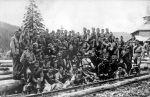 Zdjęcie najprawdopodobniej z ćwiczeń. pozują żołnierze 4 kompanii z prawej strony stoi prawdopodobnie szer. Wojciech Iwulski