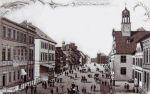 Ilustracja z końca XIX w. przedstawia widok na główna ulicę Nowego Miasta, gdzie na ulicy Hauptstrasse -Marktstrasse (dzisiejsza Kościuszki) zamieszkiwał doktor Jacob Jacobson wraz z rodziną