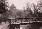 16.Zdjęcie z początku XX w. Widok na wieżę kleszą od strony północno-zachodniej. Co ciekawe podobny mostek istniej dzisiaj.